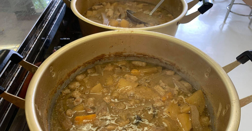 相撲部屋ですか?というくらいの大鍋にたっぷりのもつ煮を用意しました